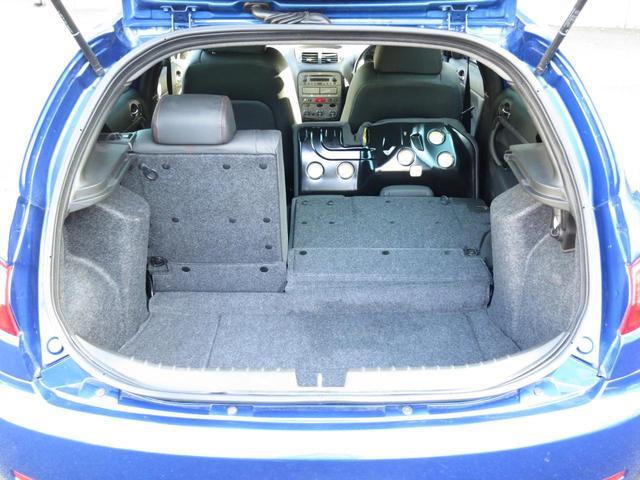 ラゲッジルーム内装リアシートは、乗車人数、荷物の量に応じて多様なシートアレンジが可能な2:1分割可倒式ダブルフォールディングリアシートを装備、ご覧のように片側だけの折り畳みも可能4名乗車でもOKです