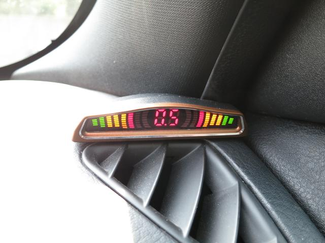リアパーキングセンサー装備、車内からバック時にリア障害物までの距離を数値に変換し目と耳で目視に音で確認して頂ける便利なアイテム、後からの追加装備だとかなりの高額出費となるので、取付施工済だと安心ですネ