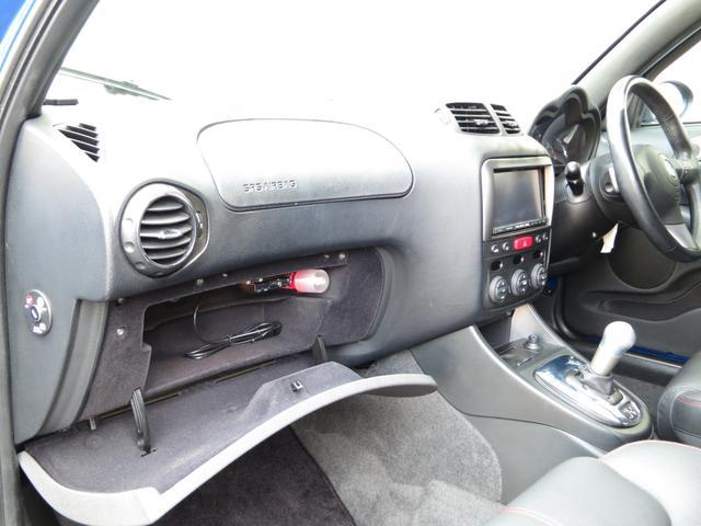 助手席グローボックスには、発煙筒に車検証収納スペース・ETCが御座います、本革ブラックのスポーツシートインテリアが印象的な最終後期スポーツ専用の内装。他147と一味違うスポーティ専用イタリアンデザイン