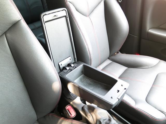 長距離ドライブ時に有ると大変便利なセンターアームレスト装備、内部の小物入れは深さも広さも有リ車内に散らばる小物の収納に役立ち、室内をスタイリッシュに綺麗な空間として保てます