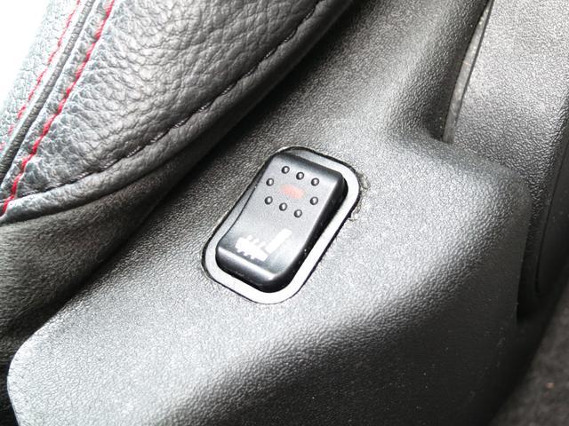 本革シートに寒い冬の必需品、瞬時に温まり女性に大変喜ばれる、背中まで暖かくなり膝掛けを使えば気分はコタツの中に居るかのように温まる本革レザーシートヒーターを装備、スイッチは左右それぞれシート脇に装備