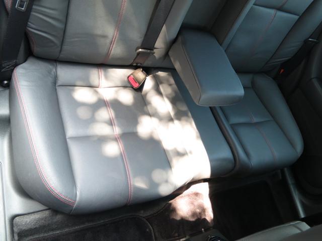 リア座面使用感無ブラック本革インテリア、サイド・センターレッドスティチアームレスト付スペチアーレスポーツ専用デザインシート、パンとした革の張りが有ほぼ未使用。更に磨き上げクリーニング後、艶出加工します