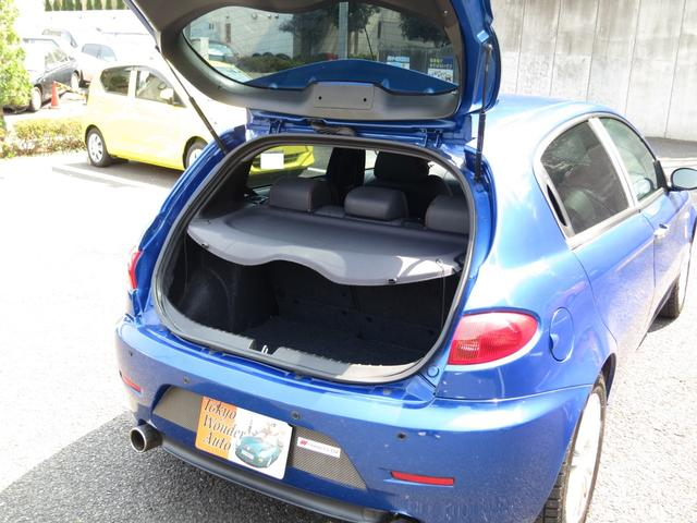 ノーマルラゲッジ充分なスペースを確保しています内装リアシートは、乗車人数、荷物の量に応じて多様なシートアレンジが可能な2:1分割可倒ダブルフォールディングリアシート装備、内装カラーに併せたトノカバー付