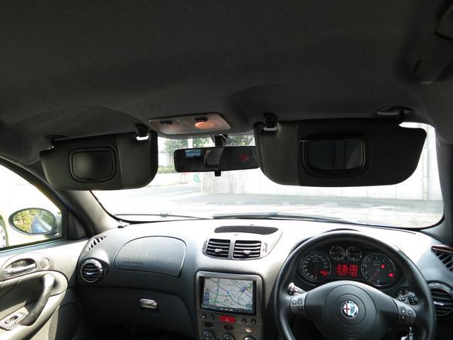 輸入車に良く不良の出るフロント左右それぞれに装備されるカバー開閉付メイクアップミラーもご覧の通り故障しておりません流石ハイクオリティーな最終型147大切に扱われないとこのクオリティーは維持出来ませんネ