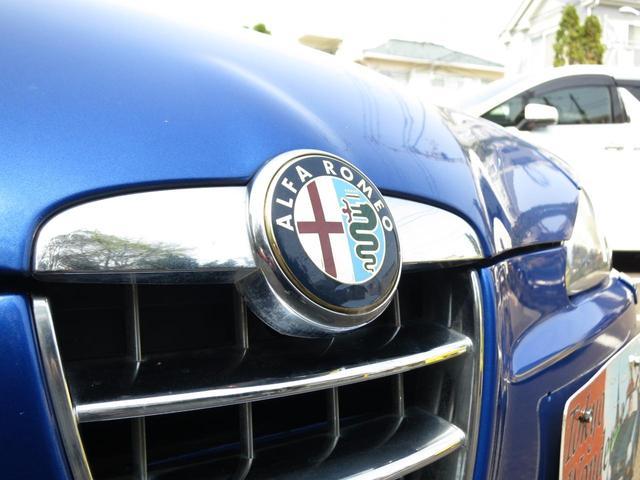 クロームグリルセンタ-にアルファロメオ伝統メディチ家紋章がモチーフの光輝くアルファロメオエンブレムが鎮座します最終完結147劣化も無くグリル共に新車時の輝きが有り綺麗な状態キープ品質お墨付綺麗な147