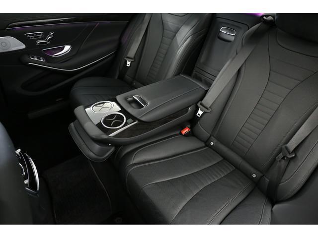 後席も広々としており、運転手だけでなく後席の方も快適にドライブをお楽しみ頂けます!