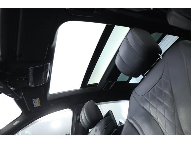 サンルーフを装備しておりますので、開放的な車内空間を演出しております。