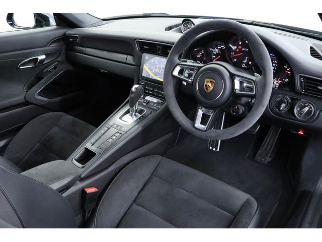 内装はブラックレザーとアルカンターラがあしらわれており、スポーツカーらしい作りになっております!