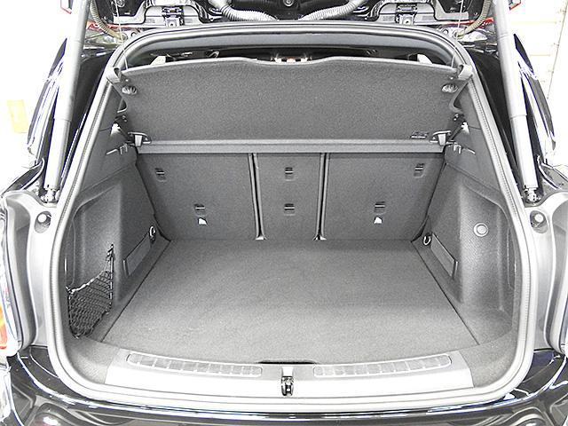 トランクの底面は2重構造です。またリアシートは3分割になっており、荷物の大きさ、量に合わせてアレンジ可能です。