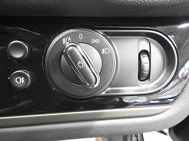 ヘッドライトスイッチです。写真はオートライトにした状態。左側にリアフォグランプスイッチ、右側にスピードメーターの照度調整ダイヤルがついています。