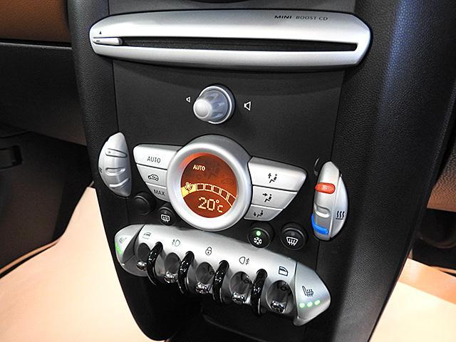 オートエアコン装備。MINIのロゴのデザインです。