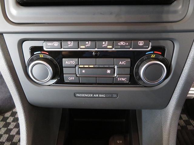 2ゾーンフルオートエアコン完備。運転席と助手席で温度設定を変えられます。またフレッシュフィルターが内蔵されクリーンな室内環境を保ちます。