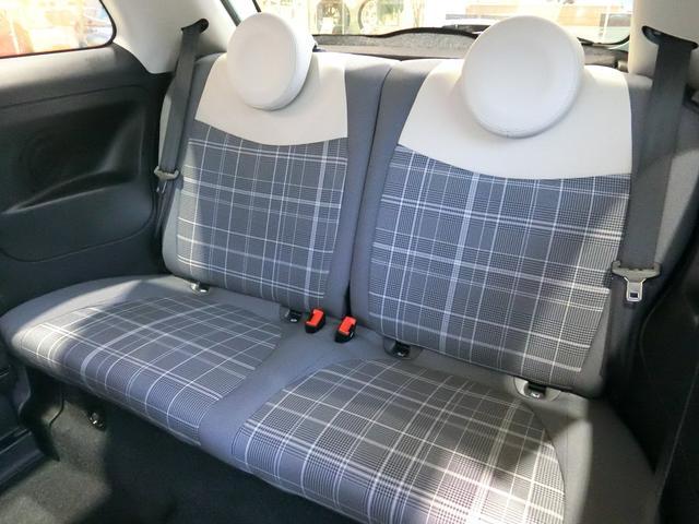リアシートは大人二人が座れるスペースを確保しています!