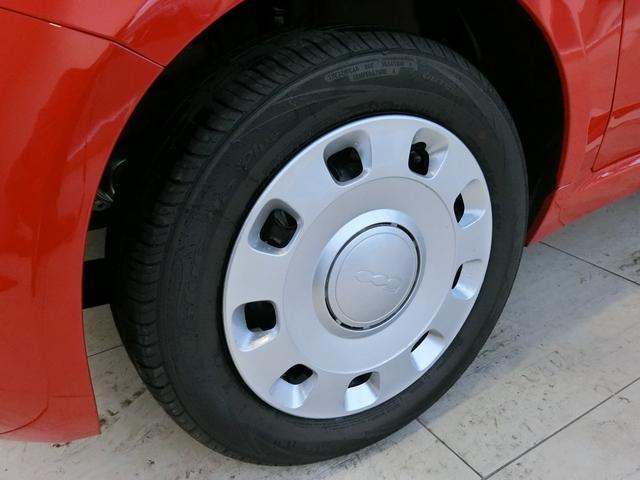 14インチのホイールキャップはメッキのセンタキャップが印象的。