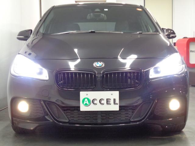 BMW特有のやや前傾したキドニー・グリルと特徴的な4灯式丸型のLEDヘッドライトにより、ひと目でBMWモデルであることが分かるデザイン!
