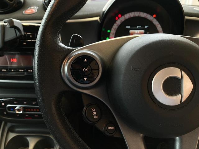 オーディオ調整ボタンやクルーズコントロールの操作もステアリング上のスイッチで可能!