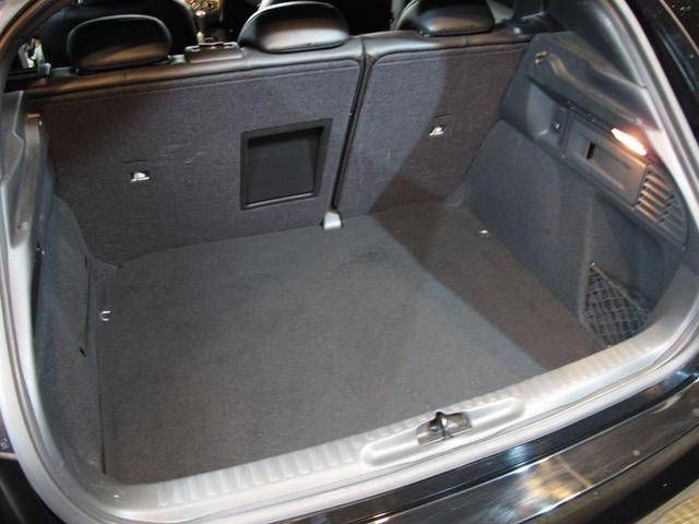 ボディーはコンパクトでも広いラゲッジスペース。リアシートを倒せば更に広く使えます。