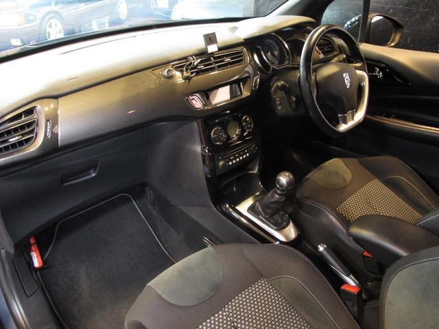 目立つキズや汚れ等も無く、清潔感のある車内でございます。