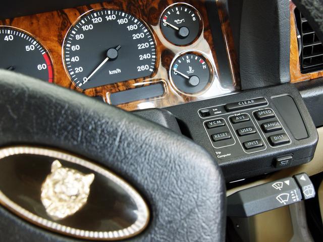XJ6-4.0スポーツ XJ40限定車 フルノーマル 4.0リッター直6DOHC 純正16インチラティスアルミ レッド&シルバーコーチライン レッドテールレンズ イングリッシュツイード&レザーインテリア(38枚目)