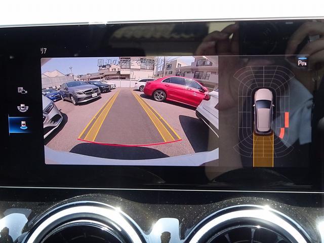 駐車時等に大変便利なバックカメラ、障害物を感知して運転者に知らせるパークトロニックシステム付。