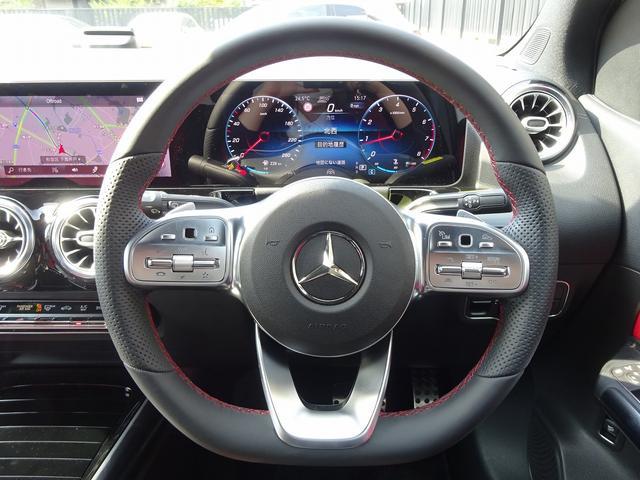 運転中でも手を放さずインフォテイメント、コックピッドディスプレイ、ワイドディスプレイの操作が可能なマルチファンクションステアリング。