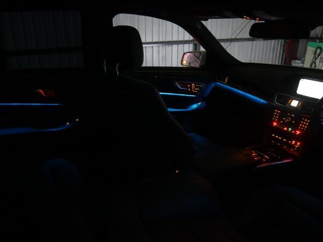 室内を彩るマルチカラー(オレンジ・ブルー・ホワイト)アンビエントライト装備!ダッシュボードトリムの下やドアトリム等に組み込まれた柔らかな間接照明が室内空間を上質に彩ります。