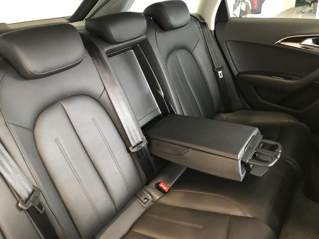 人間工学に基づき、ドライバーを中心に配置されたスイッチ類。ほどよくタイトにホールドするシートに身を沈めハンドルを握れば、アウディを操る歓びがあなたを包み込みます。