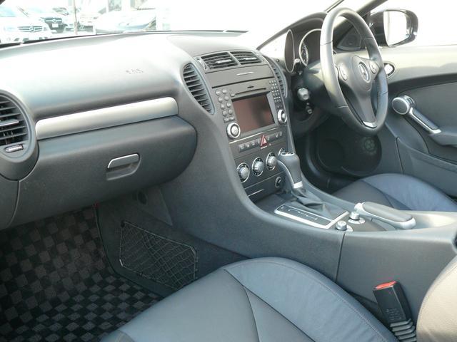 ブラックを基調とした車内にクローム調インテリアトリムを組み合わせる事でスポーティーな印象を与えるインテリアデザインとなっております!メルセデス特有の上質な空間でお過ごし頂けます!!