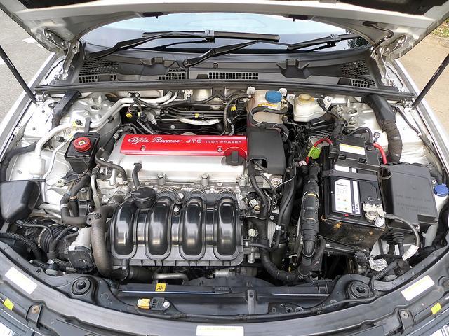 当時アルファロメオが独自開発したJTSエンジンは連続可変タイミング機構を吸気、排気バルブ両側に装備されたエンジンです。