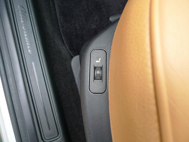 フロントシート左右には3段階調節機能のシートヒーターが付いてます。マニュアルライクな操作が可能となります。
