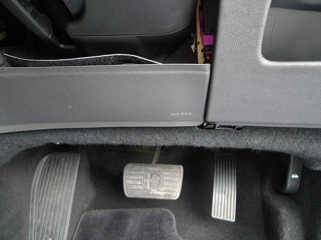 万一の事故の際に運転席の足元のダメージを減らすために、運転席足元にはエアバッグが付いてます。