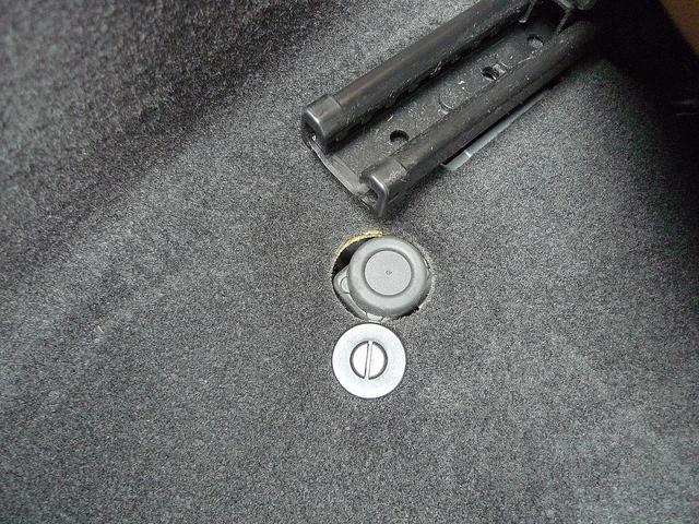 シート下にあるこのスイッチは、万一の際に燃料をカットする機能の復旧ボタンです。