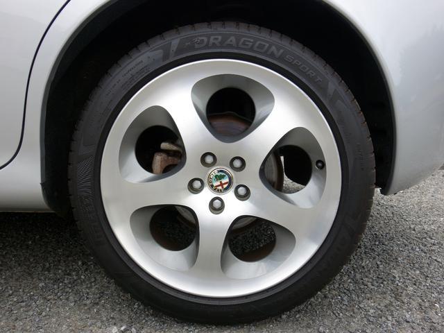 ホイールもシルバーとグレーの2色使いのホイールとなり洒落ていてカッコ良いです。タイヤの山も残っております。装着タイヤは2018年製のピレリとなります。