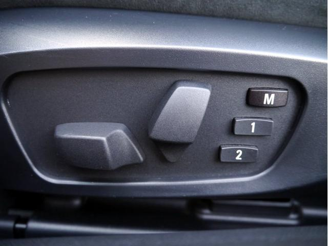 左右シートにはパワーシートが備わります。運転席はメモリー機能付きとなります。
