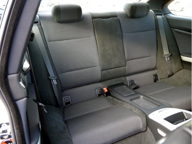 前席同様に後席シートコンディションも綺麗な車両となります。