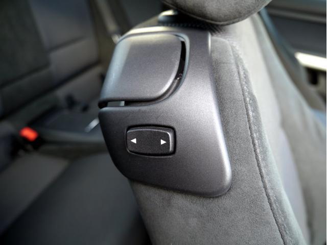 後席へのアクセスは、この上部のレバーにて背もたれを倒します。その下の矢印スイッチは、シートの位置を前後させるスイッチとなります。