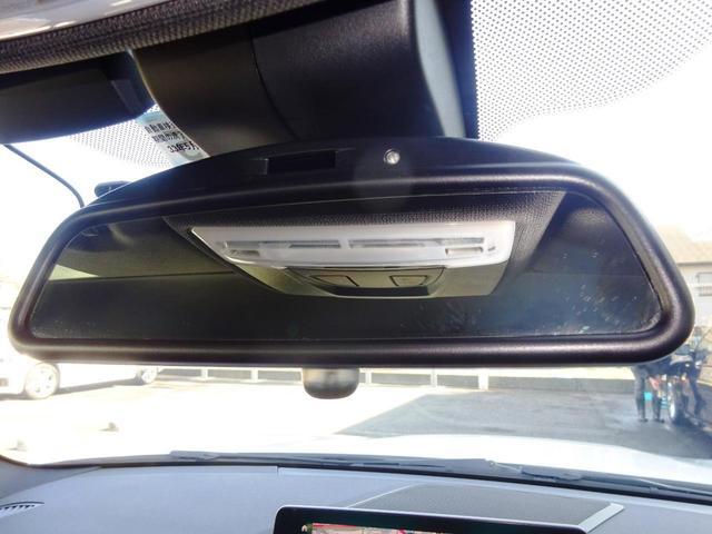 シートメモリー付電動フロントシート。オーナー様がキーを使い分けていただければ、シート調整、空調、オーディオ等最後に乗った状態をメモリーしてくれます。