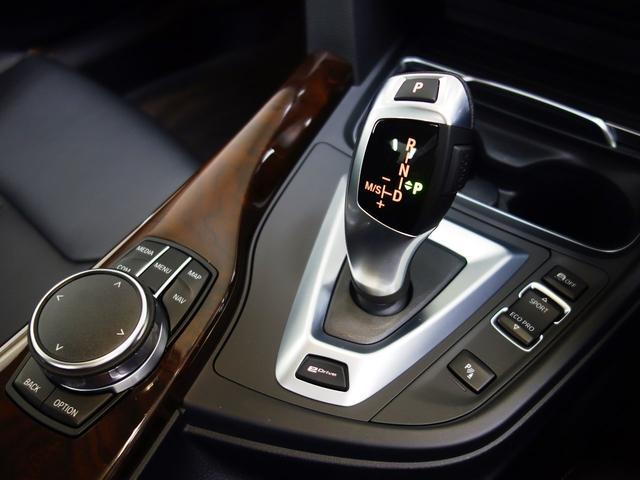 ステップトロニック付き8速オートマティックと I ドライブコントローラー、モニターの操作はこのコントローラーで行いナビやラジオ、車両状況の把握や点検時期の把握までいろいろなことができます。