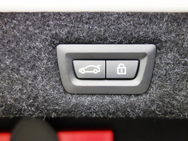 オートトランクスイッチです。左側のボタンを押すと閉まります。また、右のボタンでトランクをロックできます。