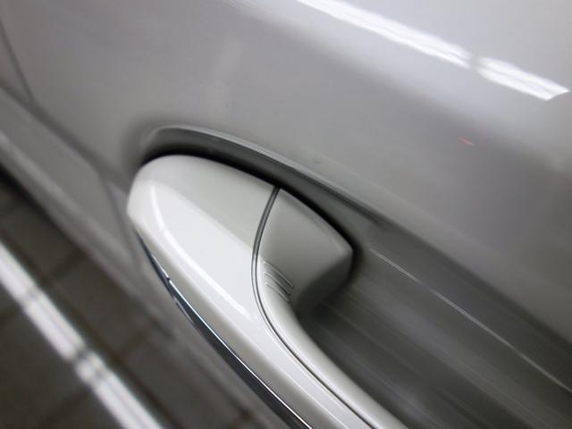 コンフォートアクセスはドアハンドルを握ると開錠 斜線に触ると施錠します。斜線を長押しするとサイドミラーをたたんでくれます。