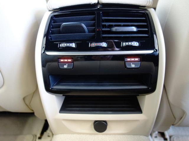 リヤもシートヒーター付きです。3段階の温度調節も可能です。冬は暖房よりも先に暖まりとても重宝します。