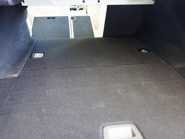 奥深いトランクルーム!たくさんの荷物が綺麗に収納出来ます。後部座席を前方に倒すとさらにスペースが確保できるトランクスルーもございます。