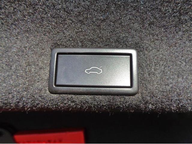 Easy Open機能付きパワーテールゲートです。ボタンでトランクの開閉が可能です