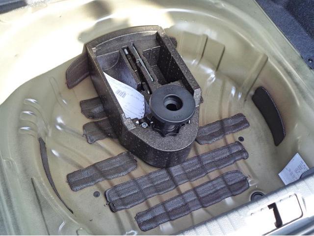 ノーパンクタイヤ装備のためスペアタイヤのある個所は少々の工具があります