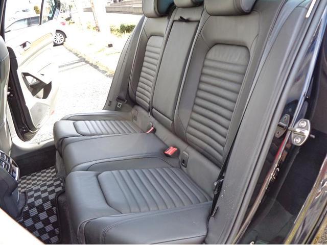 後席中央部を引き出すとアームレスト兼ドリンクホルダーがあり、快適にお乗りいただけます