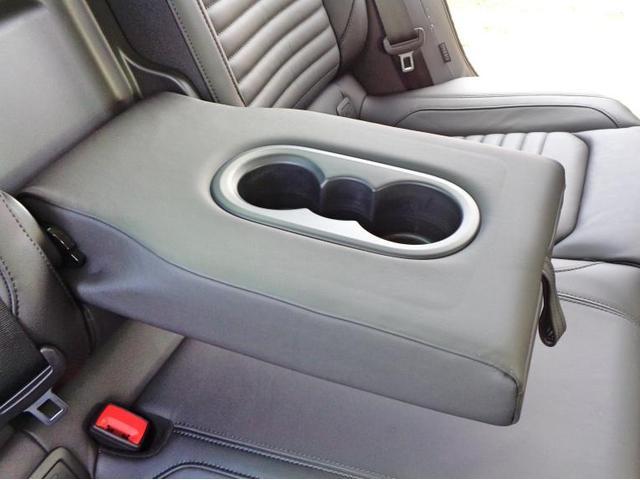 後席中央部を引き出すとアームレスト兼ドリンクホルダーがあり、快適にお乗りいただけます。