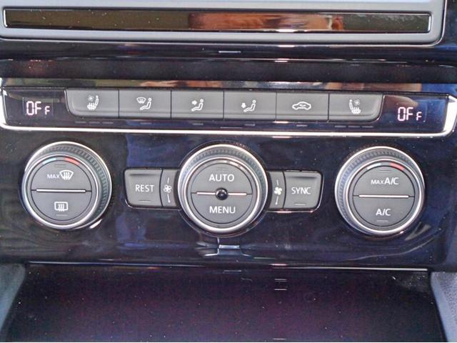 2ゾーンフルオートエアコン。運転席、助手席が別々で空調の調節が可能です。