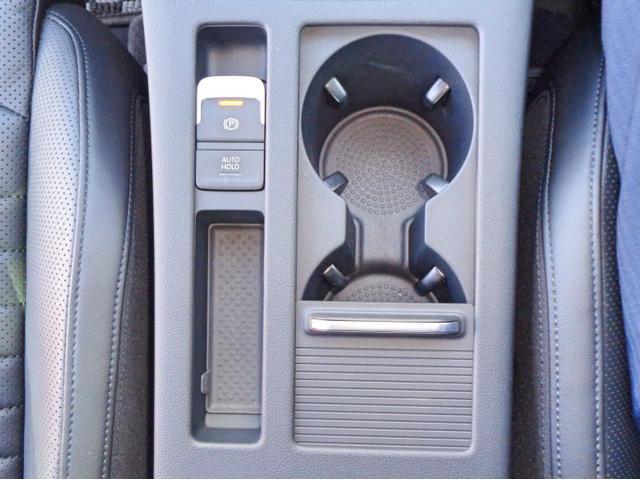 電子式のパーキングブレーキです。隣にはカップが2つ置くことが出来ます。オートホールド機能付き電動パーキングアシストは操作の負担を軽減します。