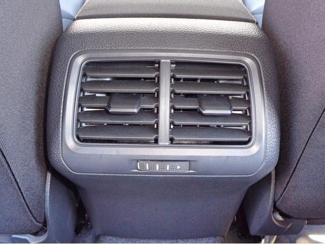 後席の方も快適なドライブを楽しめるようエアコンの送風口を完備しております。