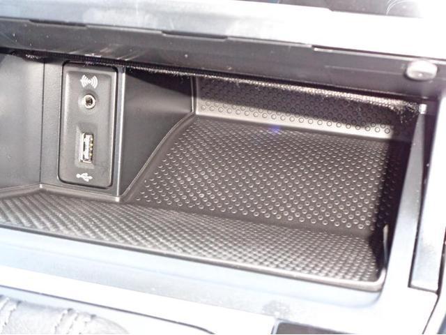 センターコンソールにはAUX端子、USBソケットがございます。USB端子は携帯機器の充電にも活用いただけます。